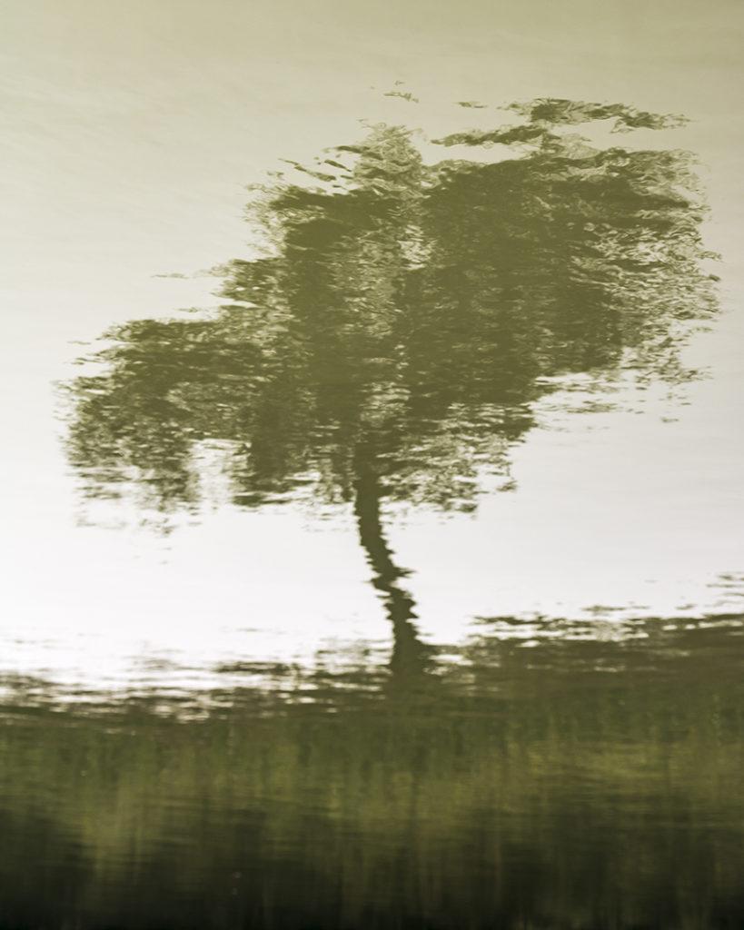 Une série de photographies réalisée au centre du fleuve Mouhoun. Tel Narcisse attiré par l'eau et les reflets, j'ai été fasciné par ces images qui apparaissaient et disparaissaient tout au long de la journée. Cette eau trouble qui coule, déforme les images qu'elle renvoie et ouvre à de multiples interprétations.
